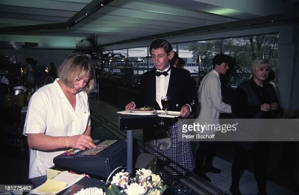 Peter Alexander Kassiererin Restaurant neben den Dreharbeiten zur ZDF/ORF TVShow 'Peter Alexander Show' Wien sterreich Maske Verkleidung Ohren Hemd...