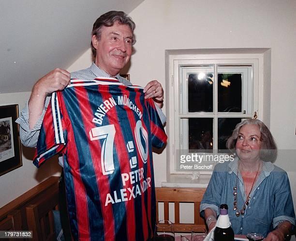 Peter Alexander mit Ehefrau Hilde und Geburtstagsgeschenk Trikot Bayern München Vorfeier zum 70 Geburtstag Geschenk Sport Fußball Ehefrau Sänger...
