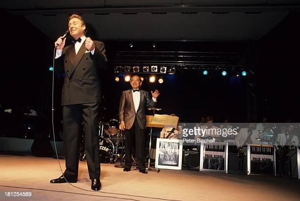 Peter Alexander Paul Kuhn Tournee Orchester Mikrofon Fliege Abendgarderobe Sänger Entertainer Showmaster Schauspieler FH