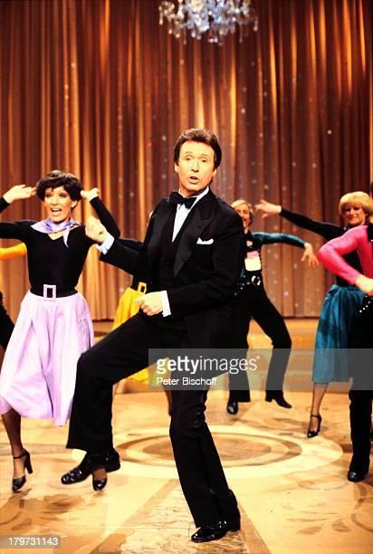 Peter Alexander 'Peter Alexander Show' tanzen Tänzer Bühne Fliege TVShowmaster Entertainer Sänger Schauspieler Promis Prominente Prominenter