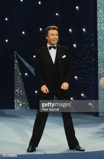Peter Alexander ZDFShow 'Wir gratulieren' Bremen Deutschland Kulisse Bühnenbild Anzug Fliege Schauspieler Sänger Entertainer Showmaster