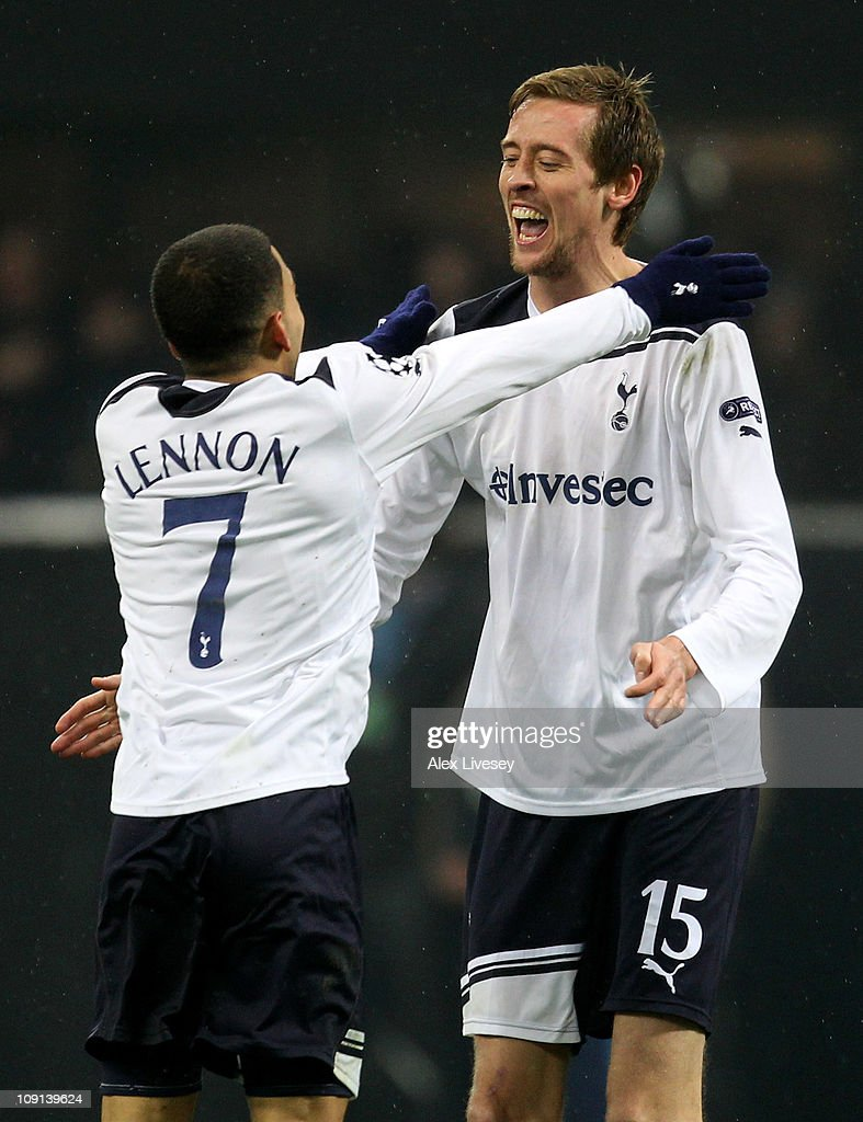 Peter Crouch of Tottenham Hotspur celebrates scoring the winning goal with team mate Aaron Lennon during the UEFA Champions League round of 16 first leg match between AC Milan and Tottenham Hotspur at Stadio Giuseppe Meazza on February 15, 2011 in Milan, Italy.