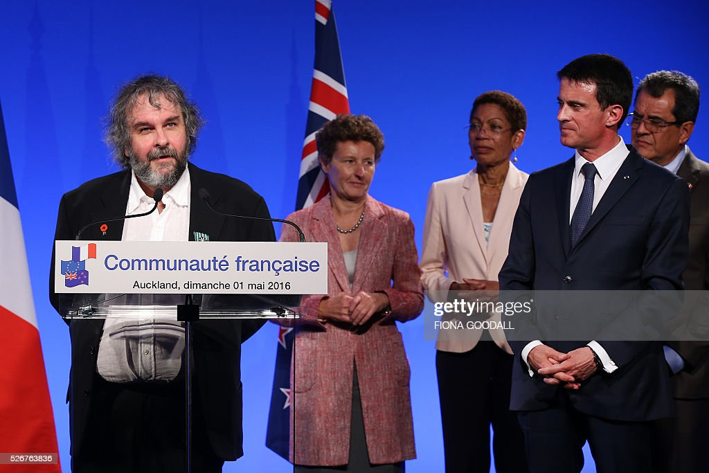 Peter Jackson speaks after French Prime Minister Manuel Valls (2nd-L) presented he and Fiona Pardington with a Ordre des Arts et des Lettres medal at a French community event at Auckland War Memorial Museum on May 1, 2016. / AFP / Fiona Goodall