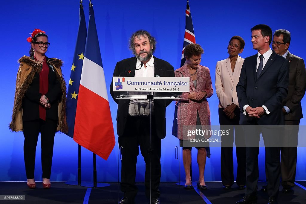 Peter Jackson speaks after French Prime Minister Manuel Valls (2nd-L) presented him and Fiona Pardington (L) with a Ordre des Arts et des Lettres medal at a French community event at Auckland War Memorial Museum on May 1, 2016. / AFP / Fiona Goodall
