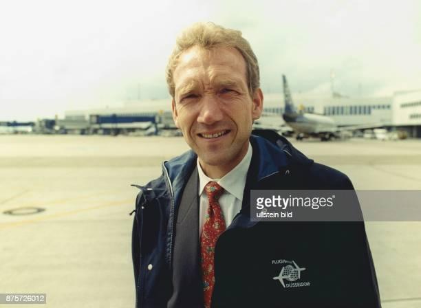 Peter Lange ist Arbeitsdirektor am Flughafen Düsseldorf International zuständig für den Geschäftsbereich Sicherheit Im Hintergrund sind verschwommen...