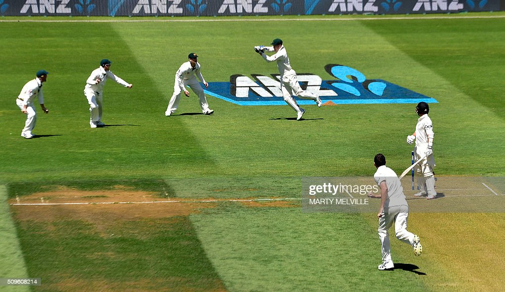 Peter Nevill (Top C) of Australia catches BJ Watling (R) of New Zealand during day one of the first cricket international five-day Test match between New Zealand and Australia at the Basin Reserve in Wellington on February 12, 2016. AFP PHOTO / MARTY MELVILLE / AFP / Marty Melville