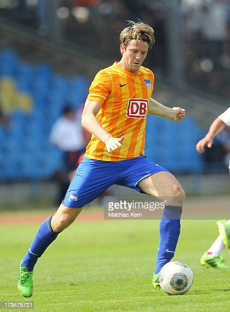 Peter Niemeyer of Berlin runs with the ball during the friendly match between Hertha BSC and RB Leipzig at Paul Greifzu Stadion on July 13 2013 in...