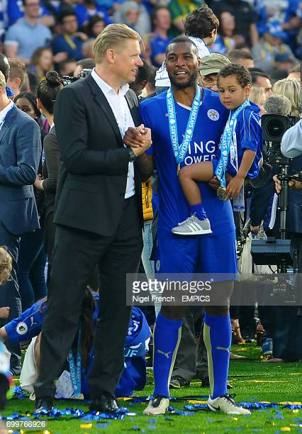 Peter Schmeichel speaks with Leicester City's Wes Morgan