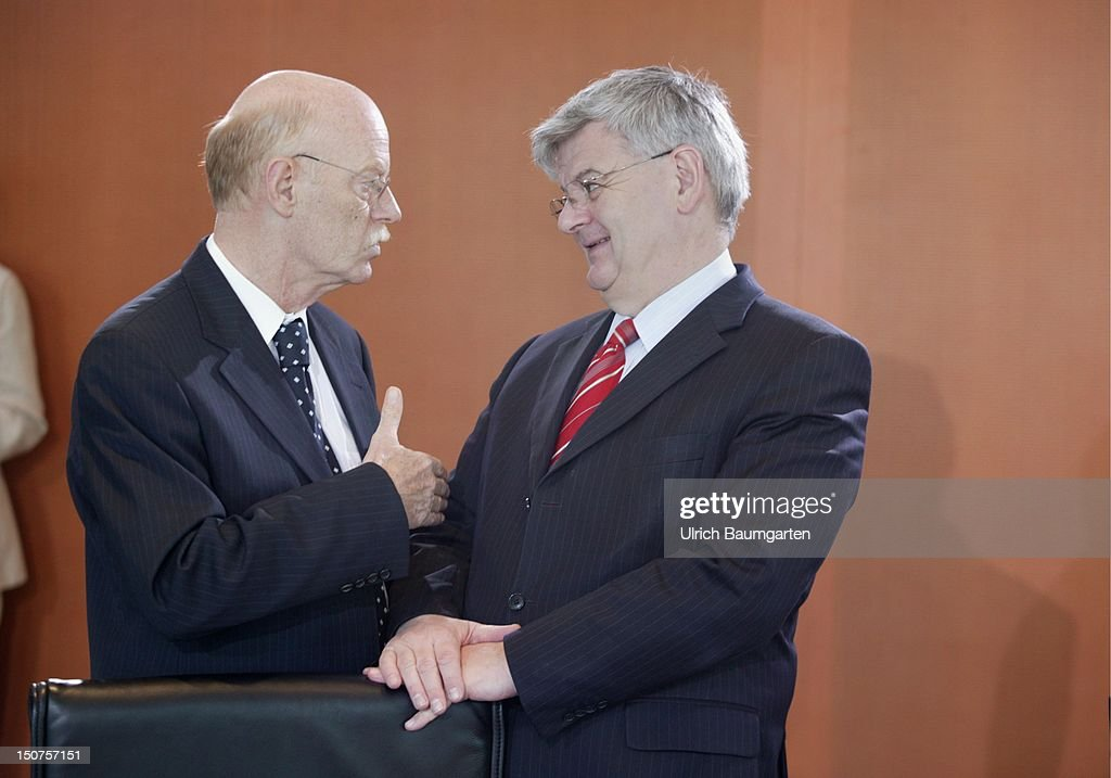 Peter STRUCK ( SPD ), federal defence minister and Joseph ( Joschka ) FISCHER (Allicance 90/The Greens ) in the cabinet room.