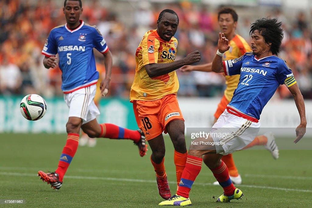 Peter Utaka (C) of Shimizu S-Pulse scores his team's first goal during the J.League match between Shimizu S-Pulse and Yokohama F.Marinos at IAI Stadium Nihondaira on May 16, 2015 in Shizuoka, Japan.