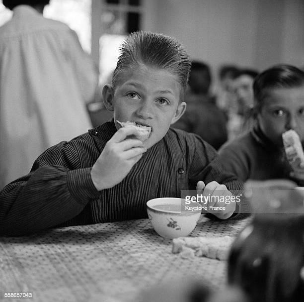 Petit déjeuner dans le réfectoire de la classe de neige en France le 22 janvier 1963