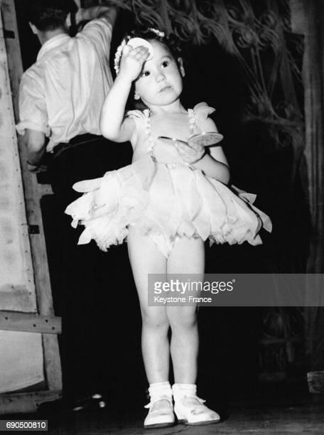Petite fille de 2 ans se maquille avant de monter sur scène pour participer à la Daisy Danse à Londres RoyaumeUni le 9 juillet 1952