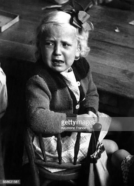 Petite fille en pleurs le jour de la rentrée scolaire en France le 20 septembre 1951