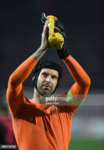 Petr Cech of Arsenal claps the fans after the UEFA Europa League group H match between Crvena Zvezda and Arsenal FC at Rajko Mitic Stadium on October...