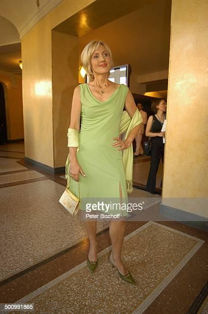 Petra Gerster 'Bayerischer Fernsehpreis 2005' Bayerische Staatskanzlei München PNr 744/2005 Preis Verleihung Ehrung Würdigung Ganzkörper Kleid...