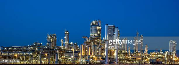 石油化学プラントの夕暮れ