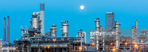 Petrochemische Fabrik in der Dämmerung