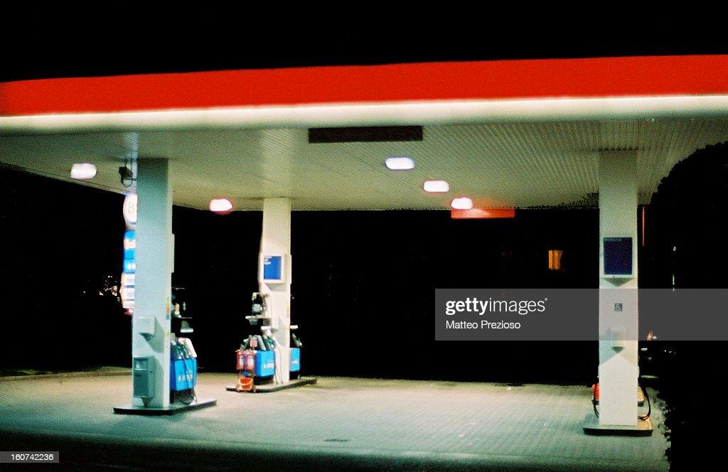 CONTENT] Petrol Station, at morning Shenfield, Essex (UK) Olympus OM1 Zuiko 50mm - f1.4 Kodak Gold 200