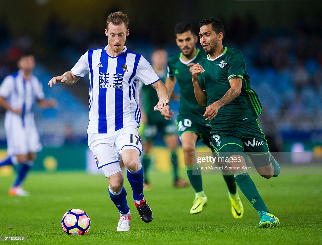 Petros Matheus dos Santos of Real Betis duels for the ball with David Zurutuza of Real Sociedad during the La Liga match between Real Sociedad de Futbol and Real Betis Balompie at Estadio Anoeta on September 30, 2016 in San Sebastian, Spain.