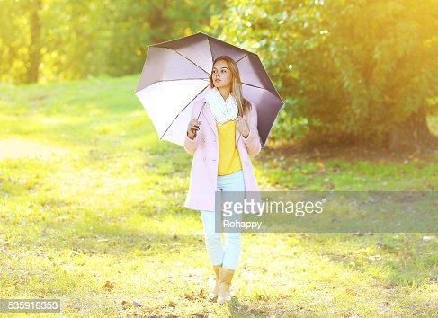 Petty sensual mulher com Guarda-chuva no Ensolarado dia de Outono : Foto de stock