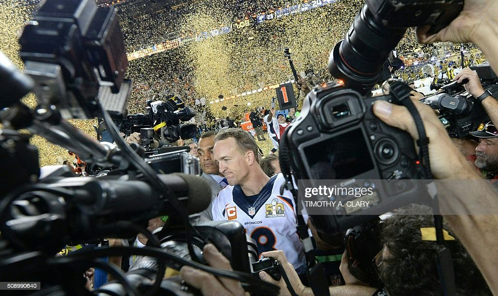 Peyton Manning of the Denver Broncos is mobbed after Super Bowl 50 at Levi's Stadium in Santa Clara, California February 7, 2016. The Broncos beat the Carolina Panthers 24-10. / AFP / TIMOTHY A. CLARY