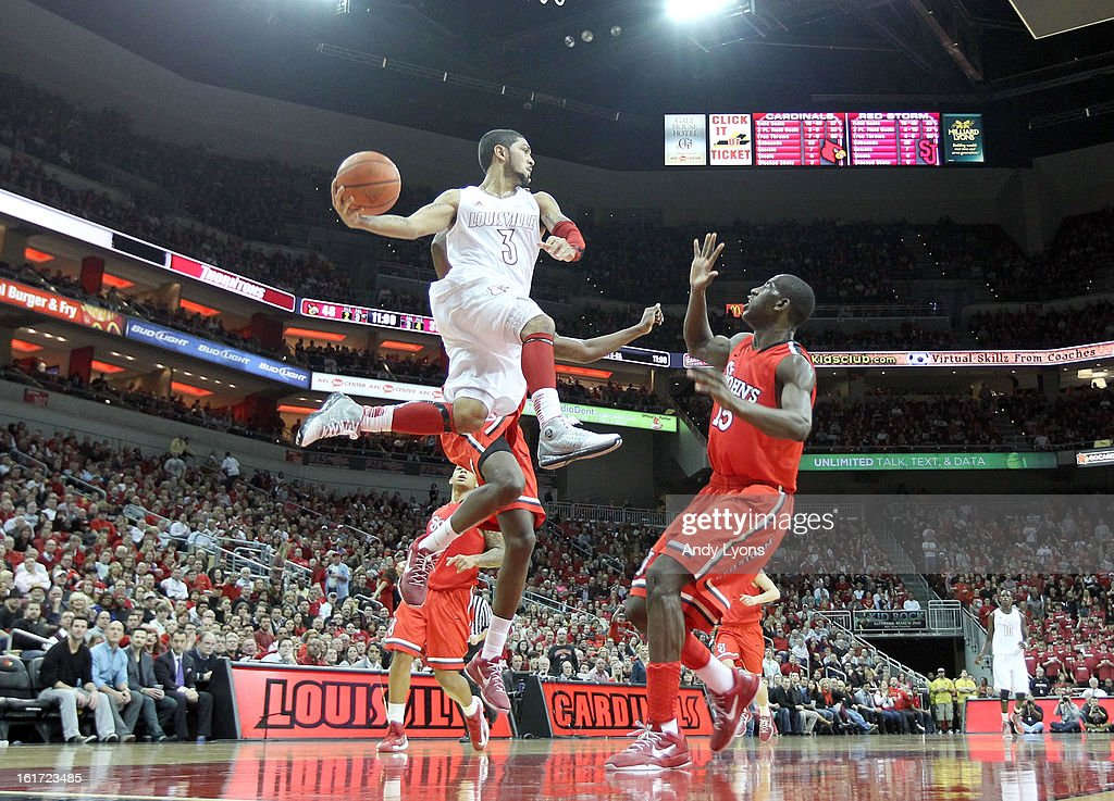Peyton Siva #3 of the Louisville Cardinals passes the ball during the game against the St. John's Red Storm at KFC YUM! Center on February 14, 2013 in Louisville, Kentucky.