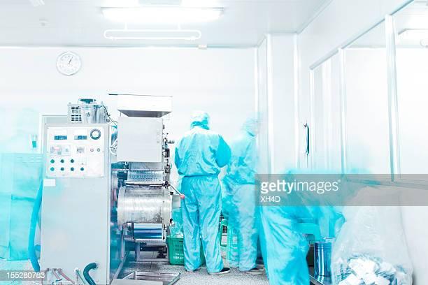 Pharmafabrik Geräte arbeiten in saubere Zimmer