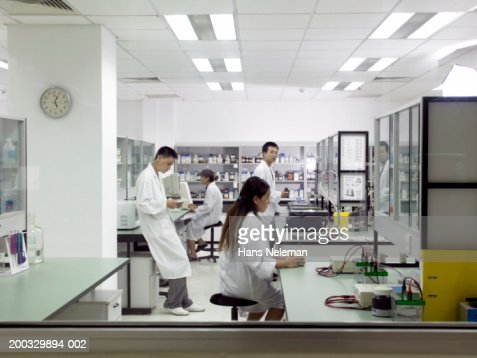 Pharmaceutical researchers working in laboratory, side view : Stock Photo