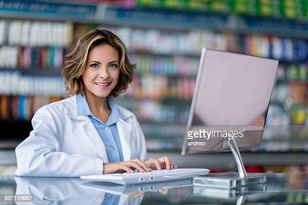 Apotheker in Drogerie Arbeiten am computer