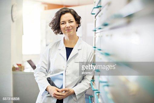 薬剤師壁を医学の保管にデジタルタブレット
