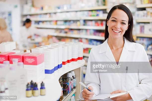 Pharmacien debout en Pharmacie
