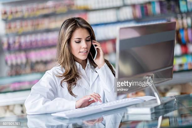 Apothekerberuf eine Lieferung Bestelle in der Drogerie