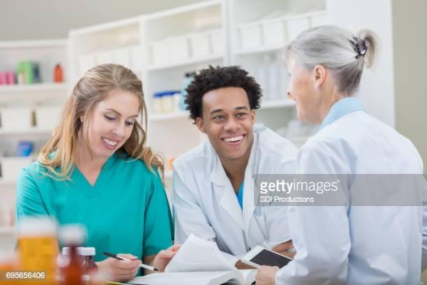 Apothekers lezen medicatie leerboek