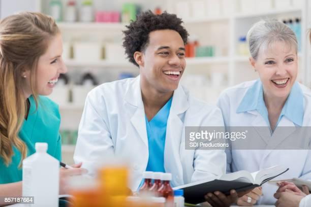 Apotheek collega's lachen samen tijdens vergadering