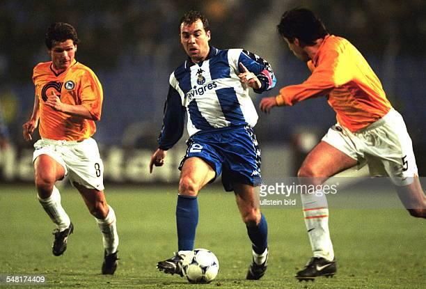 FC Porto Hertha BSC Berlin 10 Spielszene Dariusz Wosz und Kostas Konstantinidis versuchen Jorge Costa zu stoppen