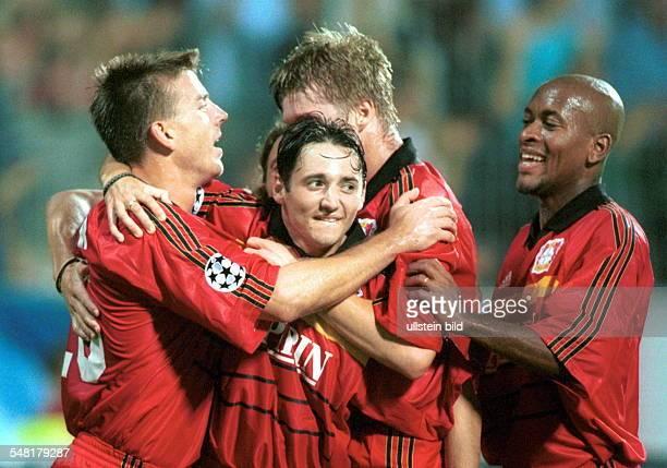 Bayer 04 Leverkusen Lazio Rom 11 die BayerSpieler Bernd Schneider und Ze Roberto jubeln mit dem Torschützen Oliver Neuville