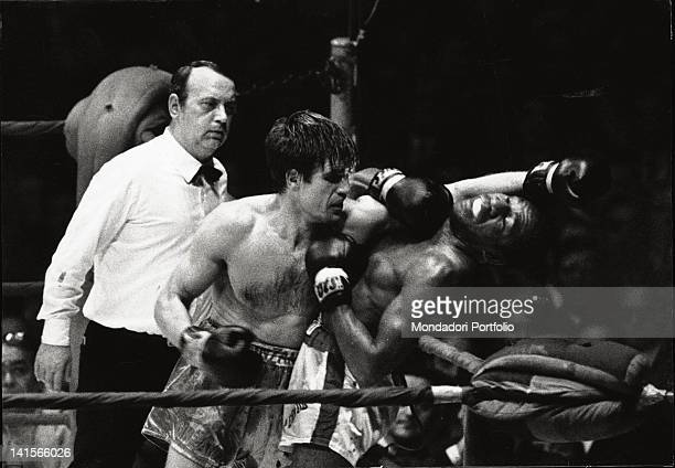 A phase of the encounter for welterweight World Championship between Italian boxer Nino Benvenuti and American boxer Emile Griffith under the eyes of...