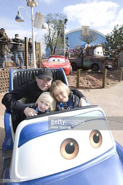 Phil Collins Sohn Matthew Sohn Nic Fahrgeschäft 'Cars' 'Disneyland Resort Paris' Disney Studios Frankreich Europa Freizeitpark Vergnügungspark Disney...