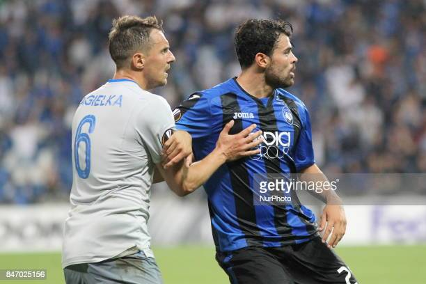 Phil Jagielka and Andrea Petagna during the first match of Group E of the UEFA Europa League between Atalanta Bergamasca Calcio and FC Everton at...