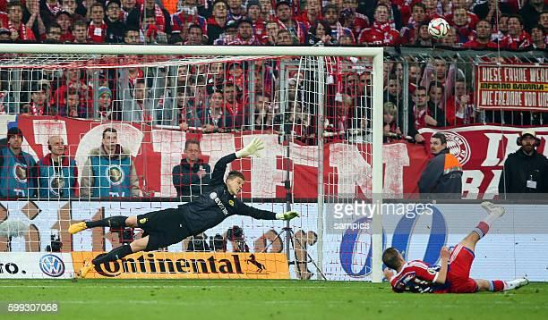Philipp LAHM FC Bayern München rutscht beim Elfmeter aus gegen Mitchell Langerak Fussball DFB Pokal Halbfinale FC Bayern München BVB Borussia Dortmund