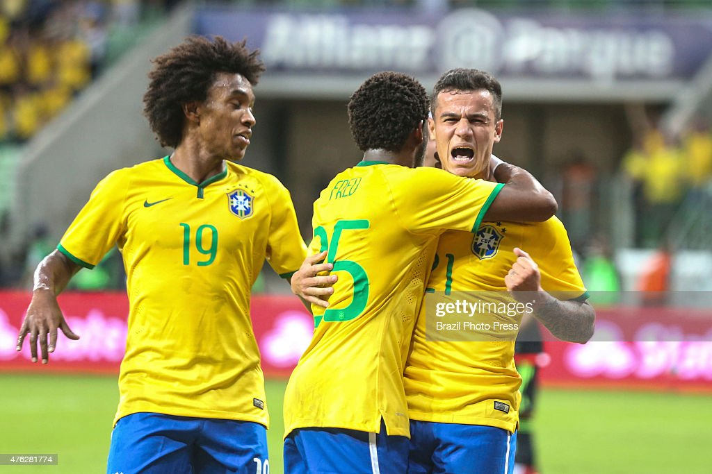 <a gi-track='captionPersonalityLinkClicked' href=/galleries/search?phrase=Philippe+Coutinho&family=editorial&specificpeople=6735575 ng-click='$event.stopPropagation()'>Philippe Coutinho</a> of Brazil celebrates with his teammates after scoring the first goal of his team during a friendly match between Brazil and Mexico at Allianz Parque Stadium on June 07, 2015 in Sao Paulo, Brazil.