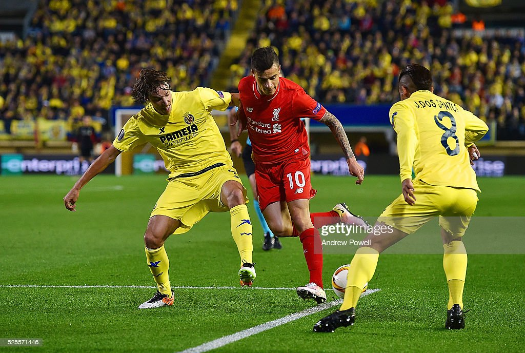 <a gi-track='captionPersonalityLinkClicked' href=/galleries/search?phrase=Philippe+Coutinho&family=editorial&specificpeople=6735575 ng-click='$event.stopPropagation()'>Philippe Coutinho</a> of Liverpool competes with Tomas Pina and <a gi-track='captionPersonalityLinkClicked' href=/galleries/search?phrase=Jonathan+dos+Santos&family=editorial&specificpeople=6000668 ng-click='$event.stopPropagation()'>Jonathan dos Santos</a> of Villarreal during the UEFA Europa League Semi Final: First Leg match between Villarreal CF and Liverpool on April 28, 2016 in Villarreal, Spain.