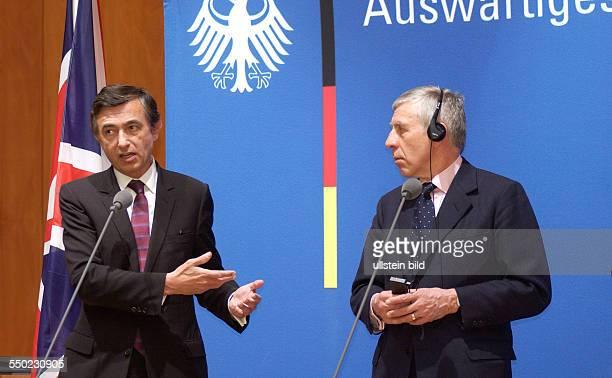 Philippe DousteBlazy und Jack Straw während einer Pressekonferenz im Auswärtigen Amt in Berlin anlässlich der IranAtmonKriese