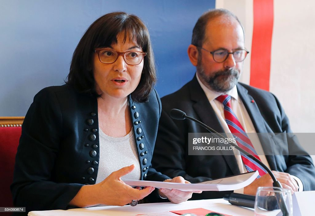 Philippe Laurent (R), mayor of the French town of Sceaux and the Union of Democrats and Independents (UDI) first president for the High Council of Public Affairs and Annick Girardin, minister of Public Affairs, present a report on officials working hours on May 26, 2016 in Paris. / AFP / FRANCOIS