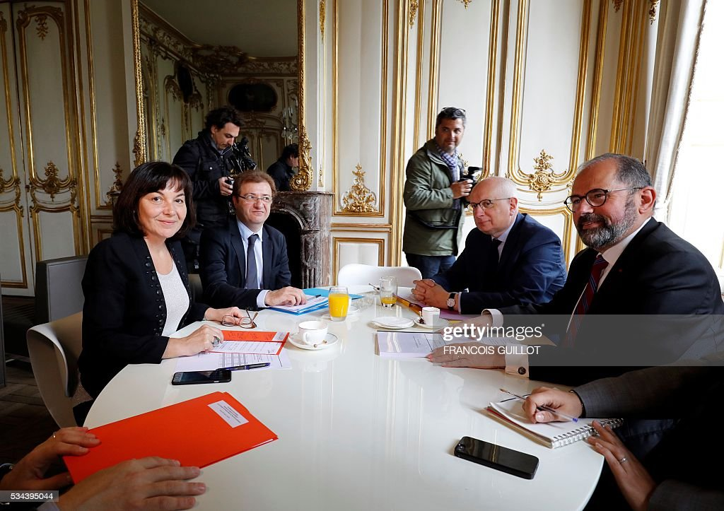 Philippe Laurent (R), mayor of the French town of Sceaux and the Union of Democrats and Independents (UDI) first president for the High Council of Public Affairs and Annick Girardin (L), minister of Public Affairs, present a report on officials working hours on May 26, 2016 in Paris. / AFP / FRANCOIS