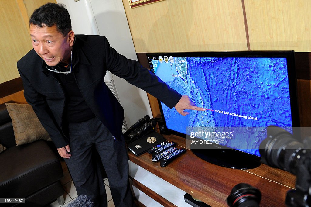 Philippine Bureau of Fisheries and Aquatic Resources director Asis Perez points to a map in Manila on May 10, 2013, showing where a Philippine fisheries patrol vessel manned by the coast guard shot at a Taiwanese fishing vessel the day before near Balintang island in the northern Philippines. The Philippine coastguard admitted on May 10 that its personnel shot at a Taiwanese fishing boat in an incident that authorities in Taipei said left a crewman dead. AFP PHOTO / Jay DIRECTO