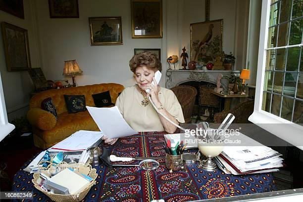 Philippine De Rothschild And Her Grand Cru Le Mouton Philippine DE ROTHSCHILD téléphonant tout en lisant un document dans le bureau de sa demeure...