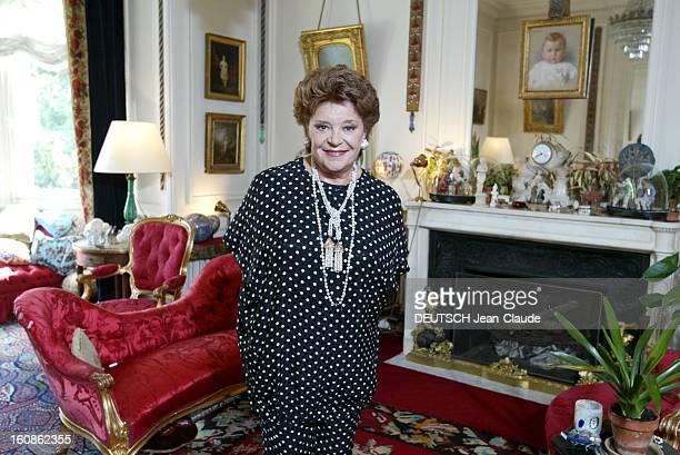 Philippine De Rothschild And Her Grand Cru Le Mouton Philippine DE ROTHSCHILD posant dans le salon de sa demeure 'Petit Mouton' construite à la fin...