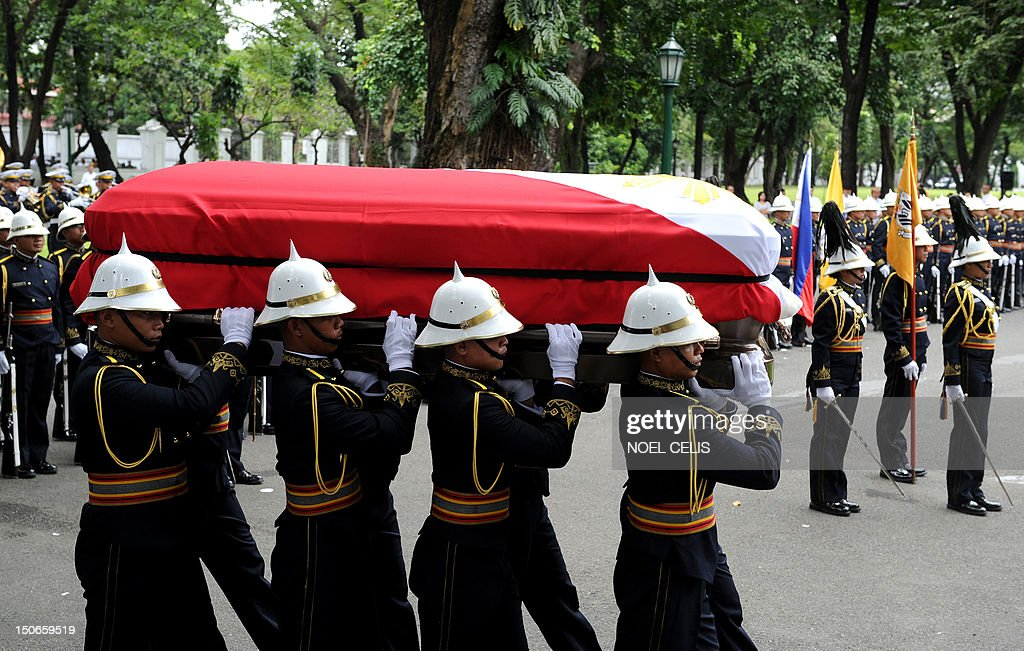 Philippine honour guards carry the flag draped casket of the late Department of Interior and Local Government (DILG) secretary Jesse Robredo in Malacanang palace in Manila on August 24, 2012. The remains of Robredo will be lying-in-state in Malacanang palace until August 26 and will be brought back to Naga City. Robredo died when a plane carrying him and three others crashed into the sea. AFP PHOTO/NOEL CELIS