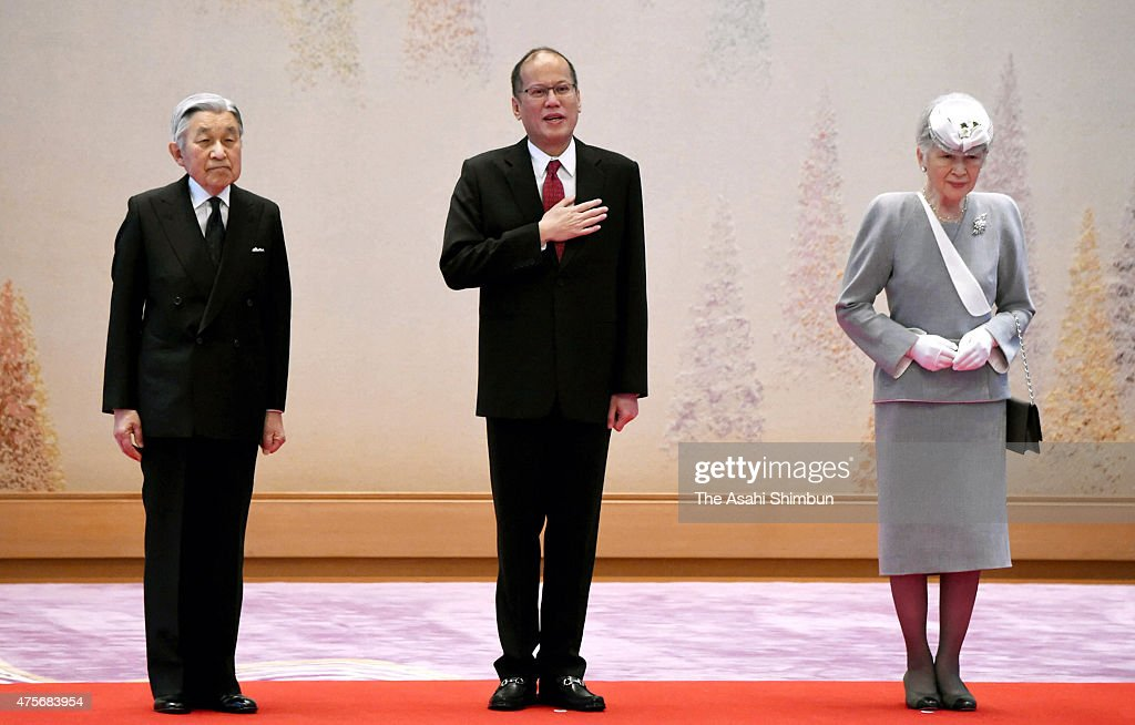 Philippine President Benigno Aquino (C), Emperor Akihito (L) and <a gi-track='captionPersonalityLinkClicked' href=/galleries/search?phrase=Empress+Michiko&family=editorial&specificpeople=158725 ng-click='$event.stopPropagation()'>Empress Michiko</a> (R) attend the welcome ceremony at the Imperial Palace on June 3, 2015 in Tokyo, Japan. Aquino is on four-day tour to Japan.